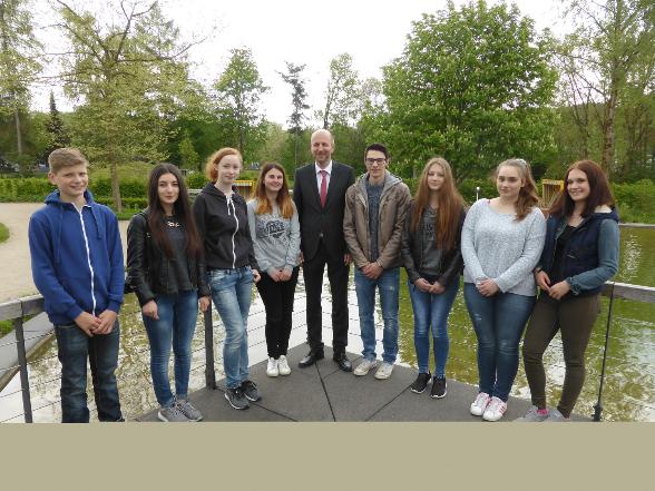Bürgermeister Ulrich Berghof (Mitte) mit den Schülern (von links) Kevin Wurm, Wassiliki Thanou, Franziska Christ, Chantal Bender, Luka Lukic, Laetitia Lukic, Jasmin Ortmüller und Lisa Weuste.